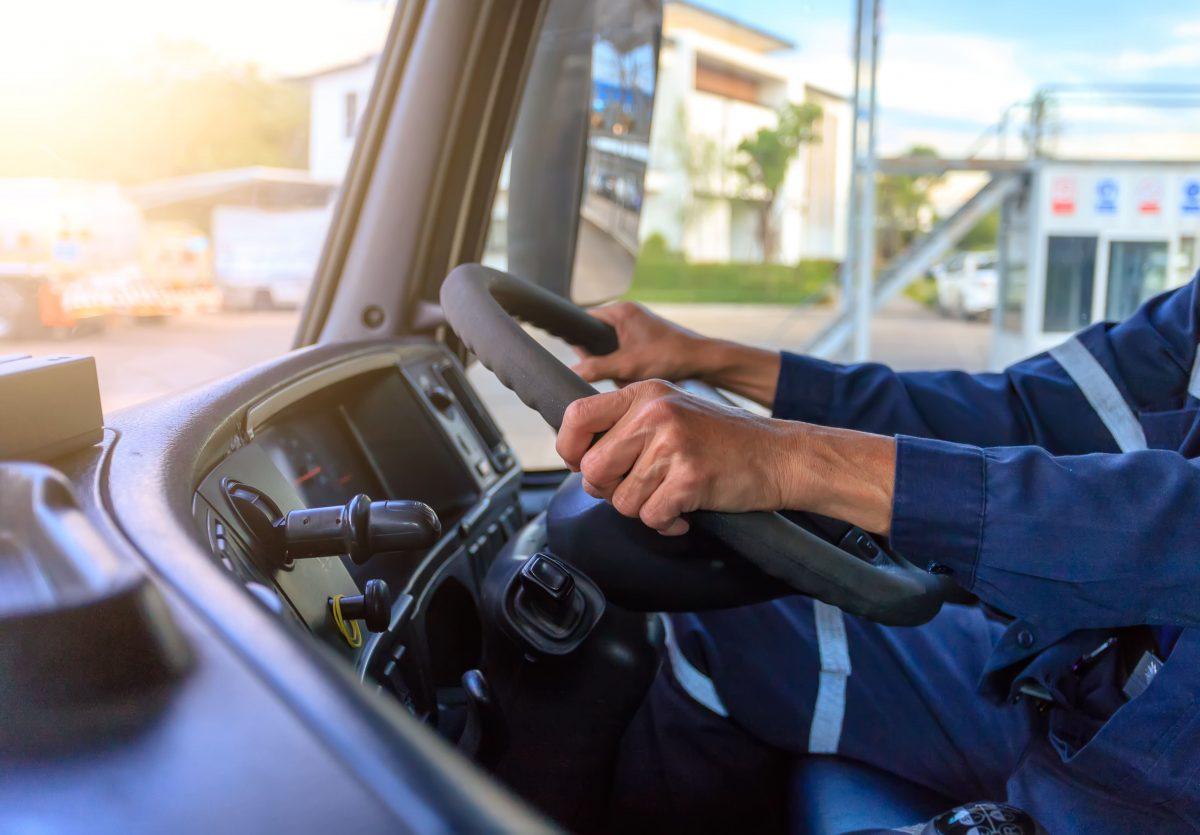 2024年問題における、トラックドライバーの労働時間と業界の課題